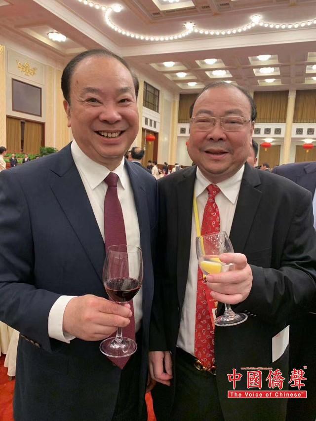中国侨联主席万立骏(右),美东华人社团联合总会主席陈清泉(左)。